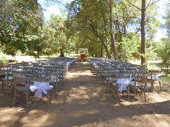 Les chaises sont dressées pour la cérémonie laïque