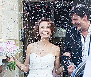 Sortie des mariés et nuages de confettis