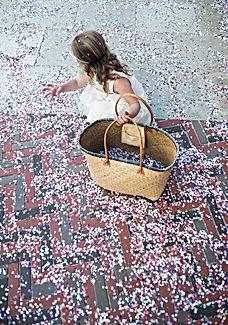 Confettis sur le parvis de la mairie
