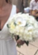Jolie robe et bouquet de fleurs blanches pour la mariée