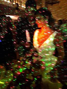 Danse et musique sous les lumières dans la salle de réception