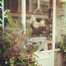 Arrengement floral - décoration noël - vitrine commerce - plantes fraîches - local - couronne fleurs séchées