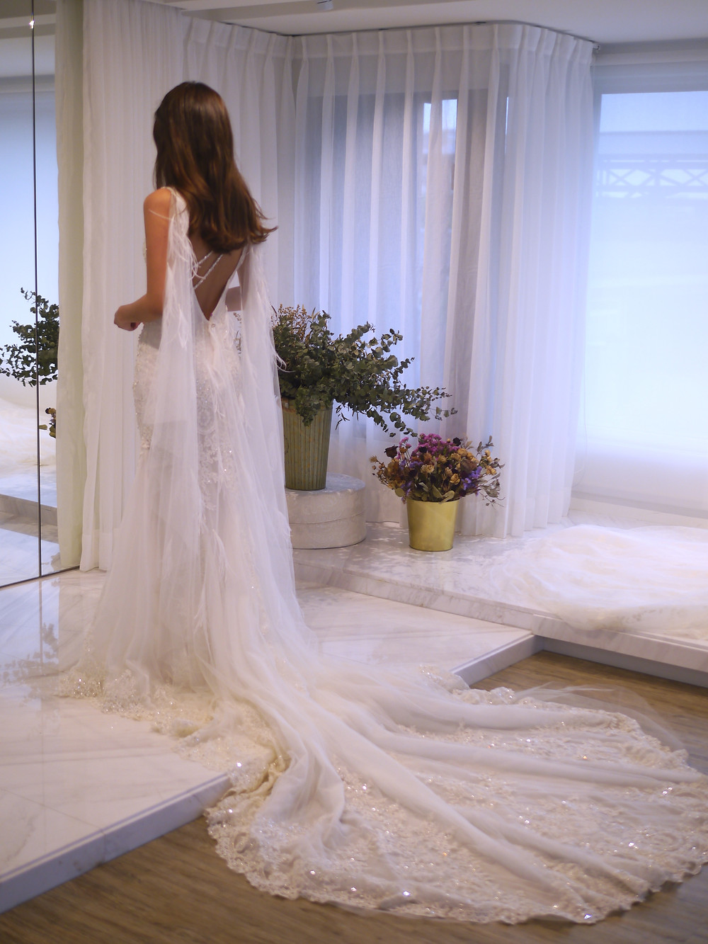 #鴕鳥毛女神款 #大美背斜肩裝飾 #華麗魚尾裙 #圖騰蕾絲 #整件手工珠飾設計