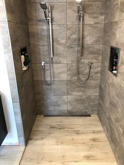 douche en céramique égale au plancher