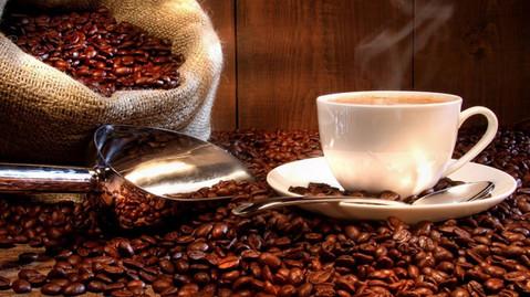 Taza-de-cafe-humeante-junto-a-un-saco-de