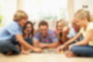 família jogando jogo bíblico