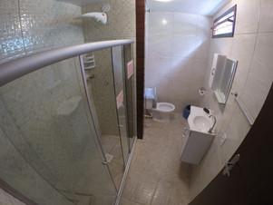 banheiro quarto grande solteiro 10