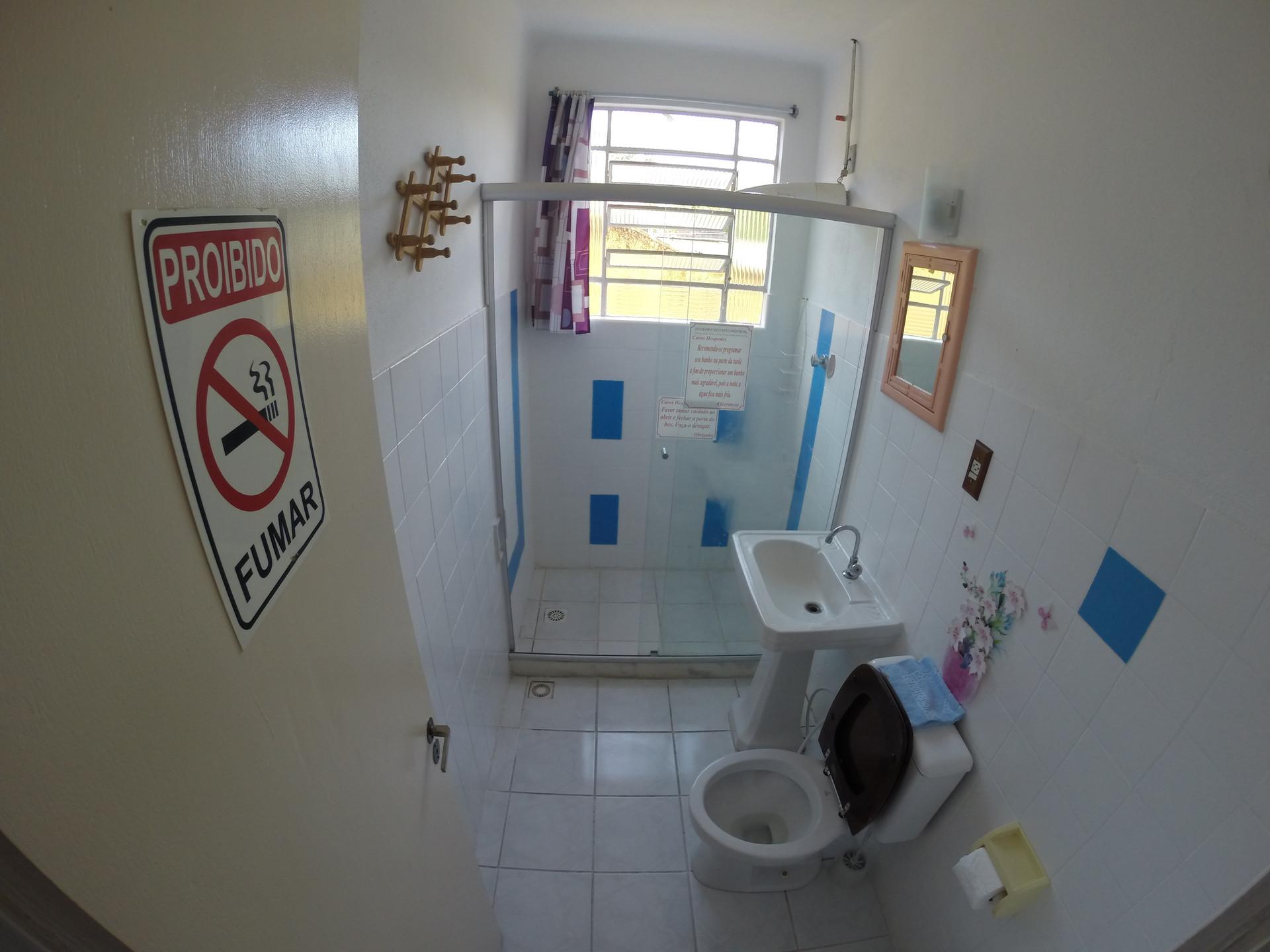 Banheiro quarto médio casal