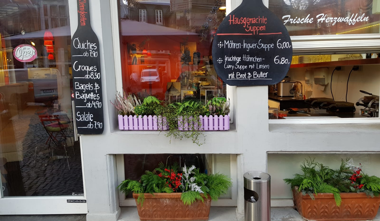 cafe-liege-aachen-am-dom-tages-angebot-schilder-eingang-fenster.jpg