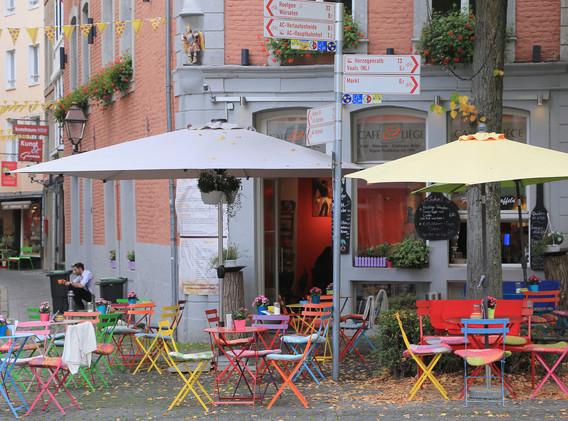 cafe-liege-aachen-am-dom-terasse-aussenbereich-bunte-stuehle.jpg
