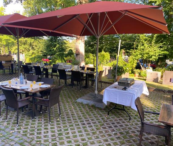 Frühstücks- und Brunchbuffet auf der Terrasse vom Café Liège Misso Haus