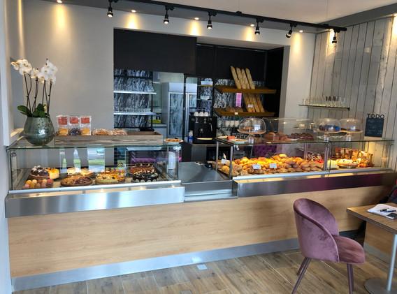 cafe-liege-aachen-beverau-kuchen-theke-verkauf-petit-four.jpg