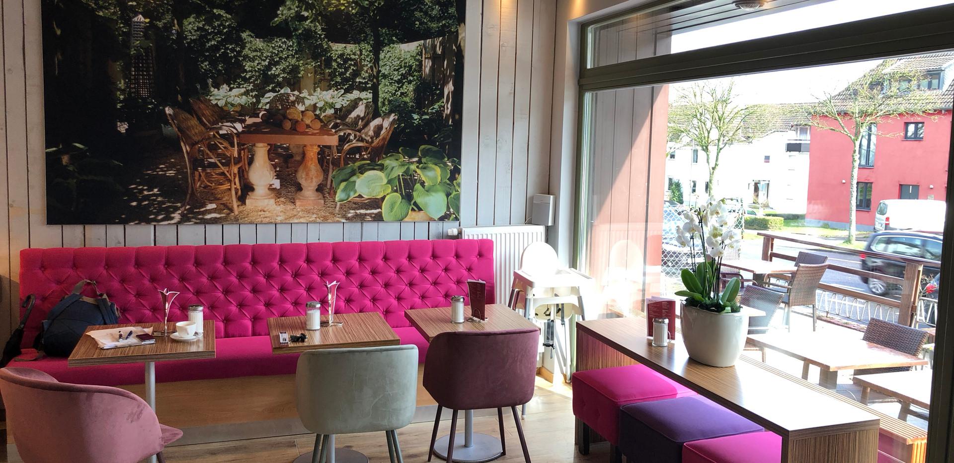 cafe-liege-aachen-beverau-sofa-pink-grosses-fenster.jpg