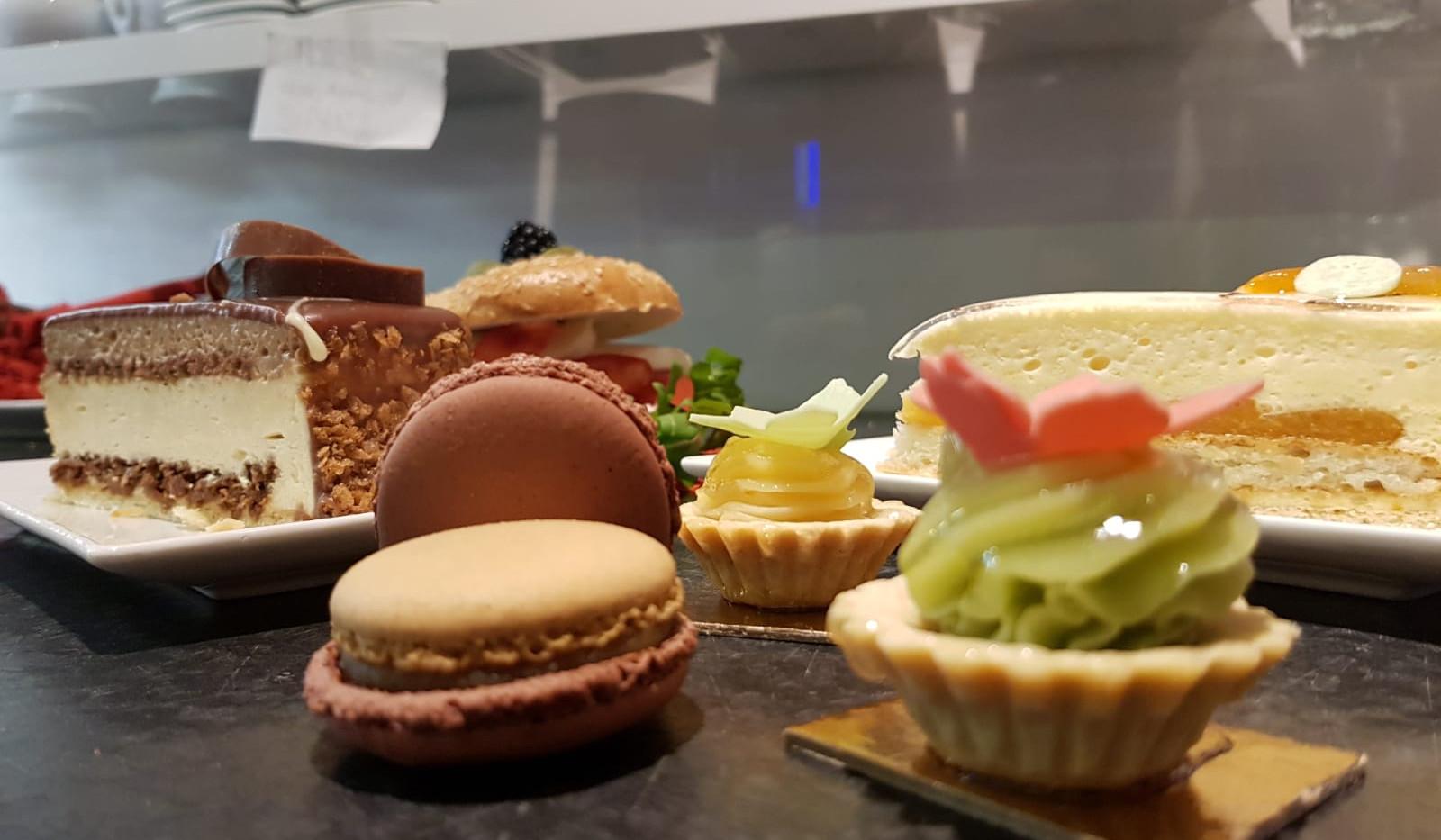 cafe-liege-aachen-am-dom-macarons-petit-four-süß.jpg