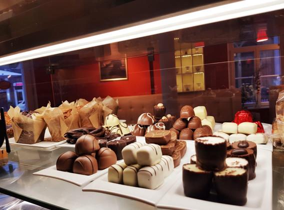 cafe-liege-aachen-am-dom-pralinen-schokolade-theke.jpg