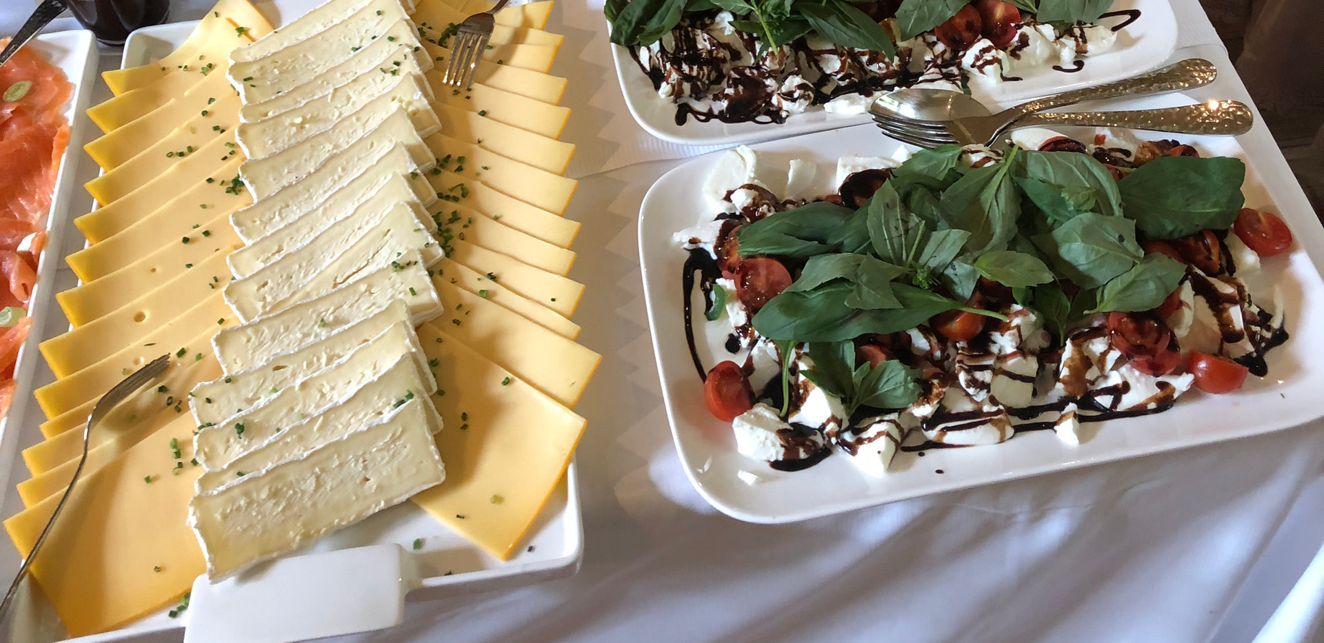 cafe-liege-aachen-catering-fruehstueck-gemischte-platten-käse-tomate-mozarella-gebaeck.jpg