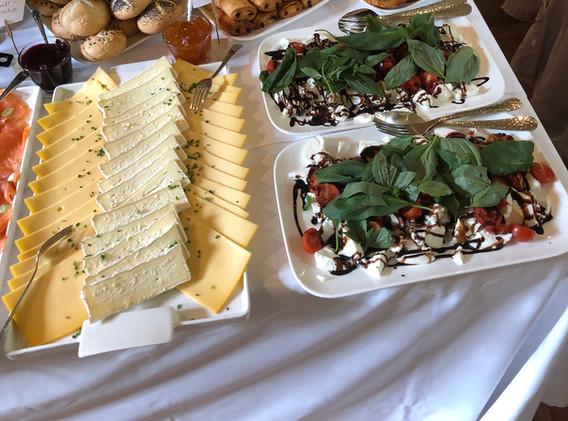 cafe-liege-missio-haus-fruehstueck-kaese-tomate-mozzarella-gebaeck
