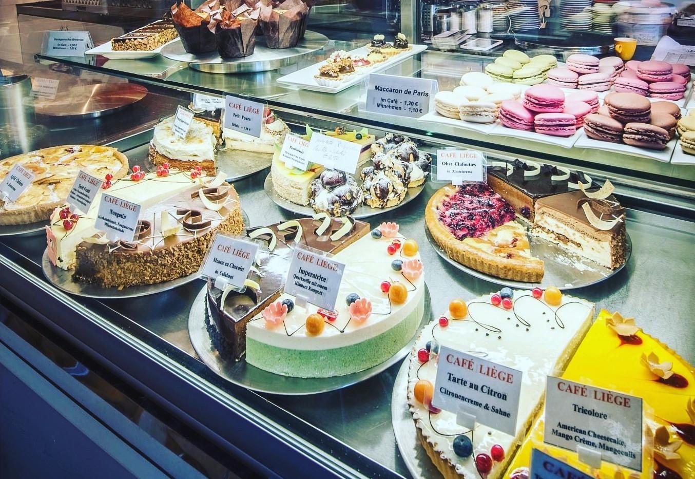 cafe-liege-aachen-am-dom-torten-kuchen-theke.jpg