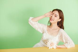 Lovepik_com-501611987-oxygen-girl-holdin