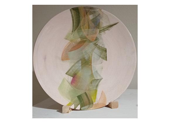 Plate /Piatto in ceramica con colore di fondo rosa pallido.  Diam. Cm 30