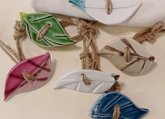 6 Portatovaglioli in ceramica rifiniti con cordoncino di yuta.