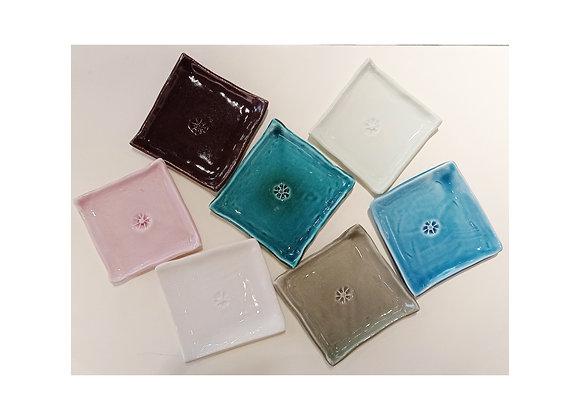 Piattino quadrato in ceramica smaltata misura  cm 10 per 10. Fatti a mano!