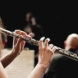 オーケストラでフルートプレーヤー
