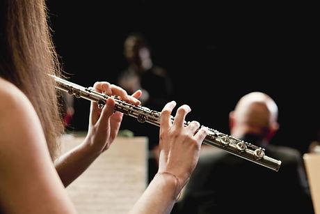 Jogador de flauta na orquestra