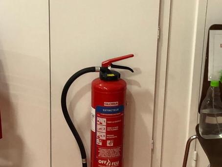 Vérification annuelle des extincteurs BAES et alarme incendie dans le Sud Gironde