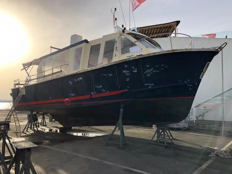 Vérification annuelle des extincteurs d'un bateau de l'UBA sur le Bassin d'Arcachon
