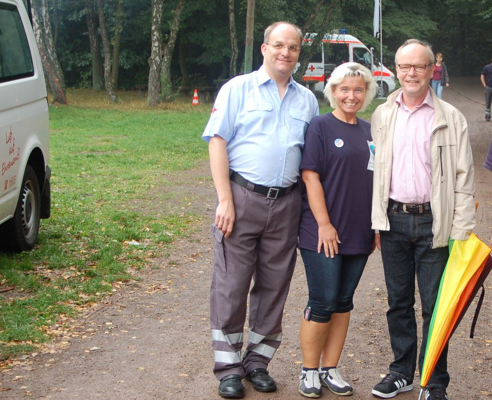 Hier erklären mir Rotkreuzbeauftragter Dr. Sascha Ralf Lüder und Kreisrotkreuzleiterin Tanja Knopp den Workshop.