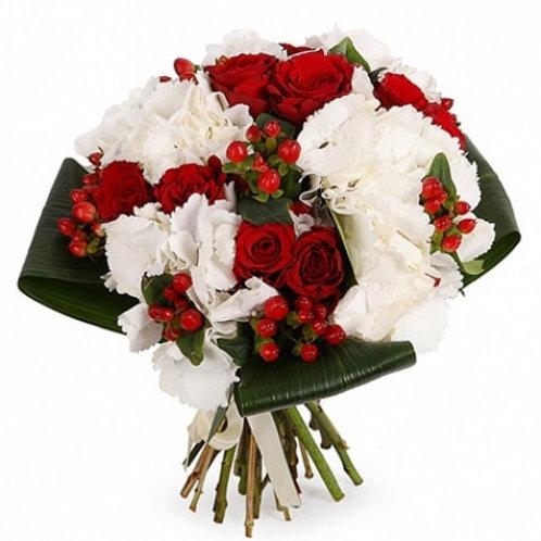 Букет из роз, гортензий, гиперикума, аспидистры (23 шт.)