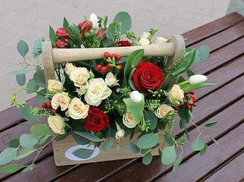 Композиция из роз, альстромерии, гиперикума, тюльпанов