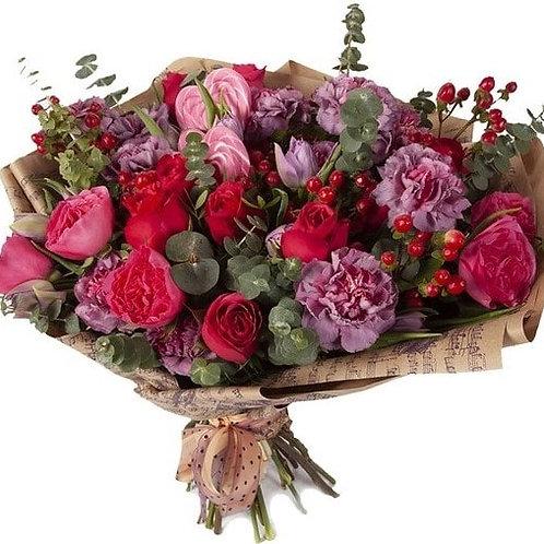 Букет из роз, гвоздик, гиперикума (35 шт.)