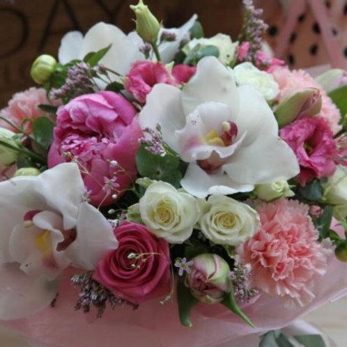 Композиция из роз, лизиантуса, орхидей, тюльпанов, эвкалипта