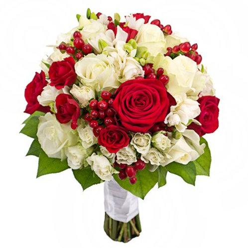 Букет невесты из роз, гиперикума, фрезий