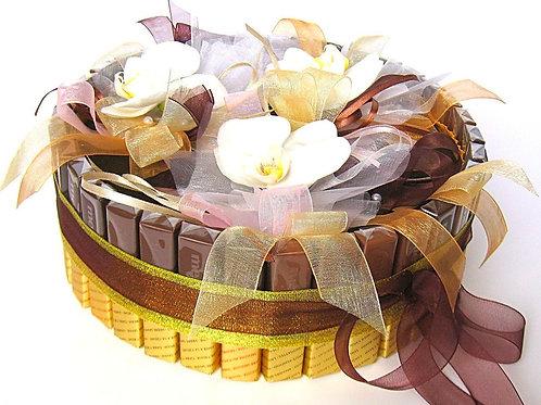 Торт из конфет и живых орхидей