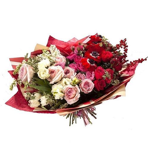 Букет из анемонов, сирени, гвоздики, фрезии, тюльпанов и роз (63 шт.)