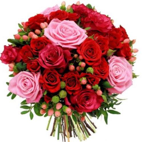 Букет из роз, гиперикума, миртуса (49 шт.)
