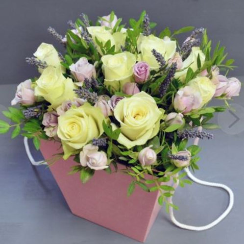 Композиция из роз, лаванды, кустовой розы