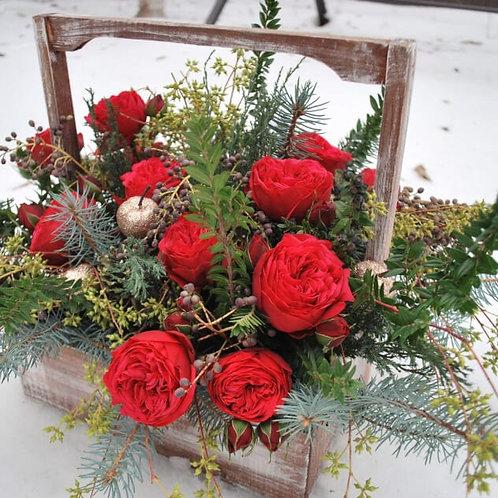 Композиция из пионовидной розы, яблок, шишек, лапника