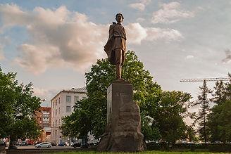 1200px-Maxim_Gorky_Monument_in_Nizhny_No