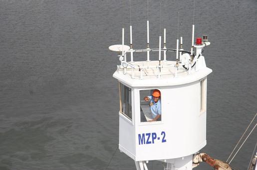 antenas en cofa de barco atunero.JPG