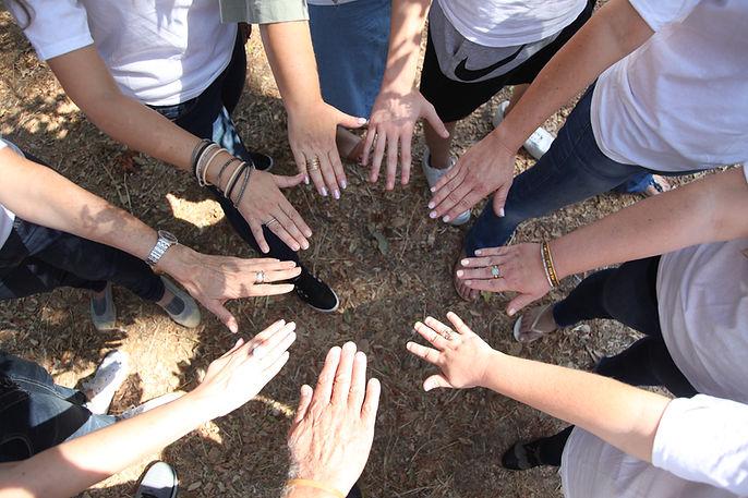 שמים ידיים ביחד