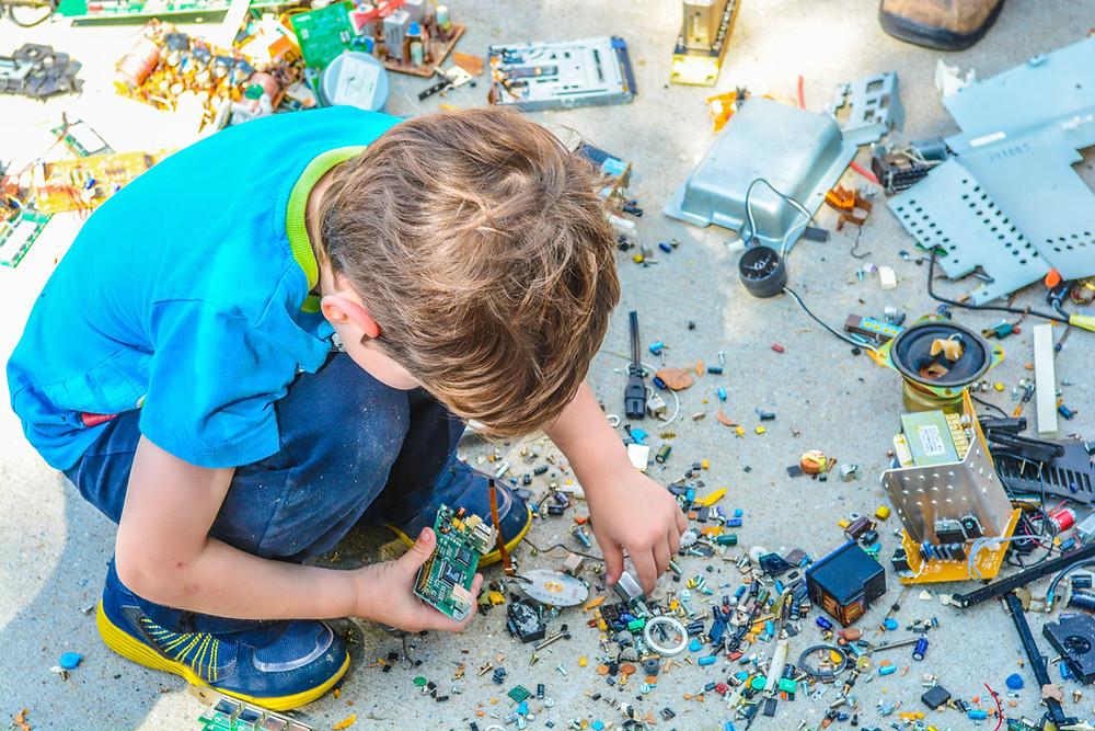 Niño construyendo artefacto electrónico
