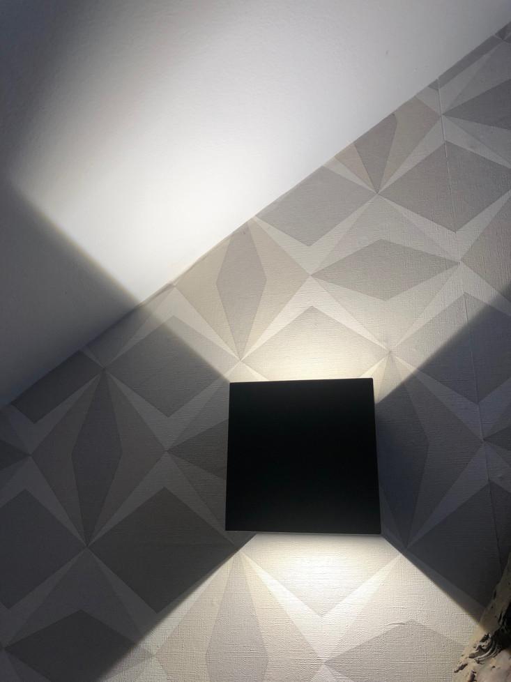 Harmoniser l'éclairage avec le papier peint, jouer la géométrie