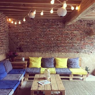 Sous la chambre, un patio pour se détendre réalisé en palettes