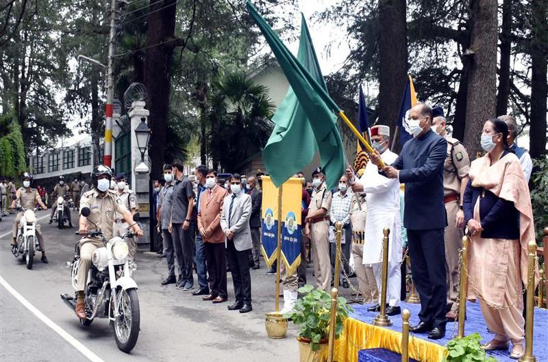 मुख्यमंत्री ने पुलिस विभाग के 61 वाहनों को हरी झंडी दिखाकर किया रवाना