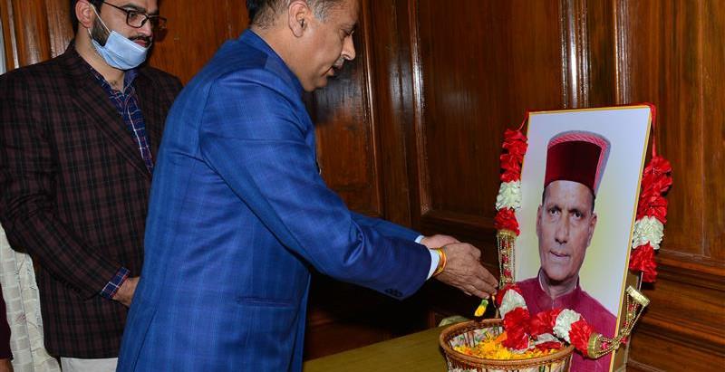मुख्यमंत्री ने रामस्वरूप शर्मा को पुष्पांजलि अर्पित की