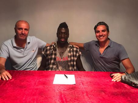Yazalde Pinto jogador do Rio Ave, assina com a MC Striker!